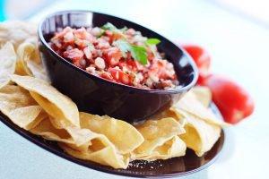 maischips met zelfgemaakte salsa
