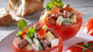 Gevulde tomaat met bruine bonen
