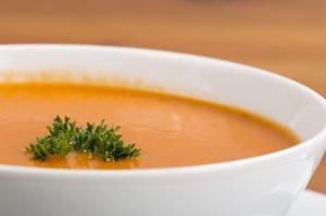 Gezonde soep met groente en fruit
