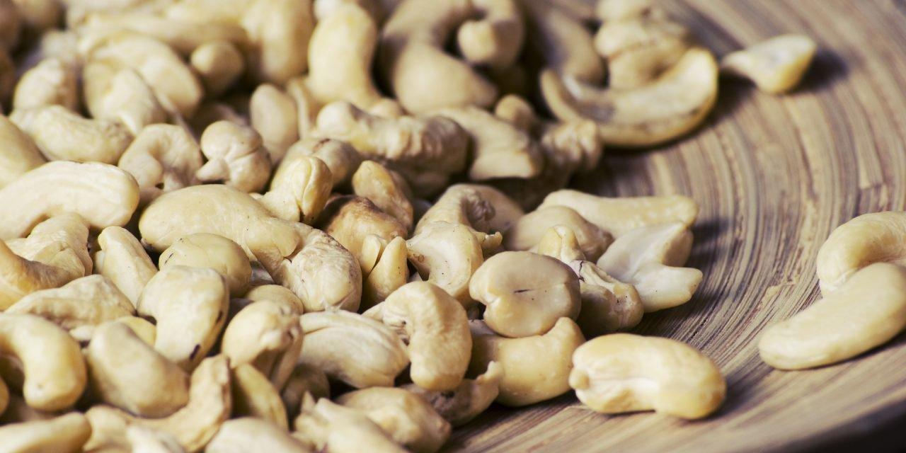 Zoete aardappel noedels met cashew saus
