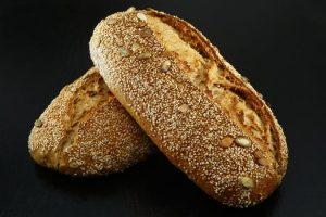 Kerstbrood met verschillende soorten noten en granen