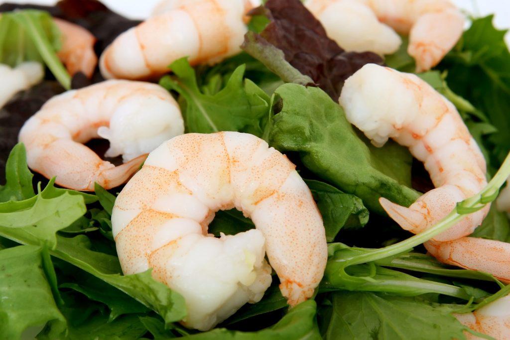 Salade met garnalen en citroen dressing - bewustleven.nl